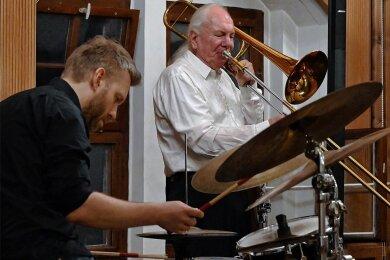 Posaunist Conny Bauer, einer der umtriebigsten Improvisatoren des deutschen Jazz, und Schlagzeuger Dag Magnus Narvesen in Glauchau.