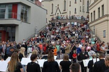 Rund 350 Besucher waren auf dem Teichplatz. Die Toiletten im Höhlermuseum (linkes Gebäude) sind verschlossen geblieben.