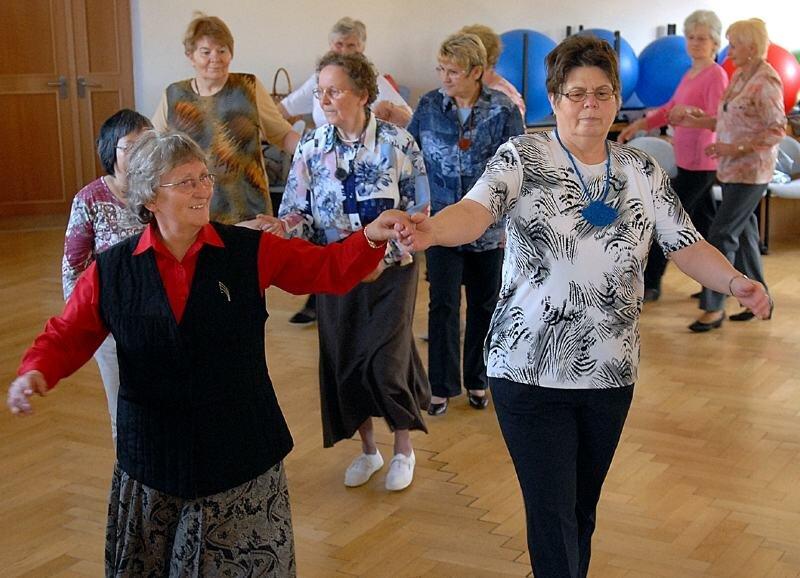 Carla Lichtenstein (vorn links) aus Leisnig leitete auch am Donnerstag wieder den Seniorentanzkurs an der Volkshochschule in Mittweida.