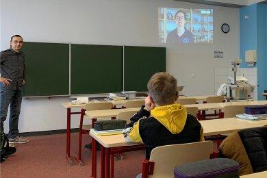Bevor die Testkits geöffnet wurden, hat Lehrer Jan Hennersdorf den Schülern der 6a an der Oberschule Sayda das Erklärvideo gezeigt.