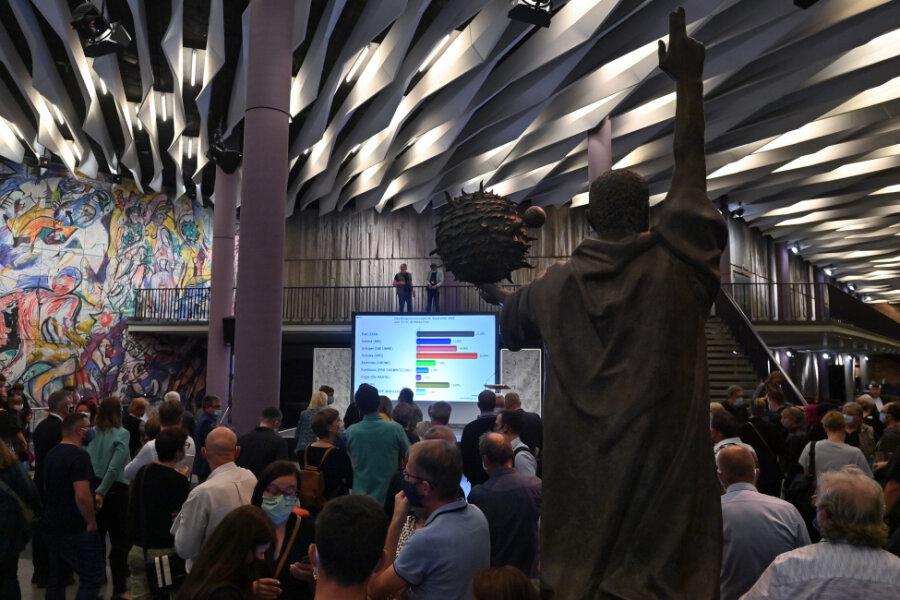 Chemnitzer verfolgen in der Stadthalle die Auszählung der Stimmen zur Oberbürgermeisterwahl.