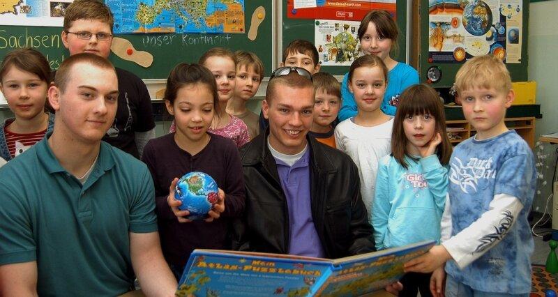 Unterricht mal anders: Die Kinder der Klasse 2 b in Geyers Grundschule erfuhren am Mittwoch von Justin (l.) und Jesse Haines aus den USA viele Details über deren Heimatland.