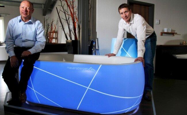 """<p class=""""artikelinhalt"""">Falko (rechts) und Gert Mauersberger haben die Badewanne neu erfunden und damit bewiesen, zu welchen Innovationen die Mauersberger Badtechnik Betriebs GmbH in Gelenau fähig ist. Der lichtdurchlässige Wannenkörper besteht vor allem aus Mineralien, die pulverisiert und mit dem Zusatz von Acryl und Bindestoffen in eine Form gegossen wurden. Mit dem Aushängeschild bewarb sich der Familienbetrieb um den 16. Sächsischen Innovationspreis.</p>"""