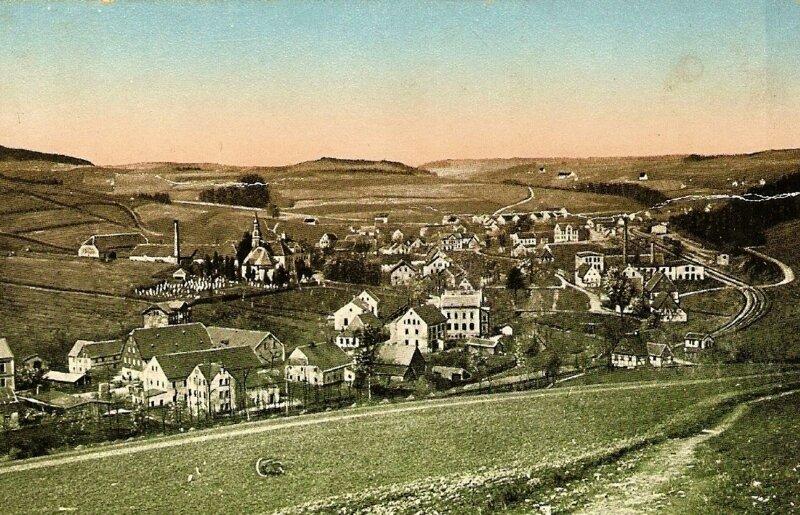 """<p class=""""artikelinhalt"""">Eine alte Postkarte von Mulda zeigt einen Blick von der Oststraße zur Kirche. Die Aufnahme stammt wahrscheinlich aus der Zeit um 1920. </p>"""