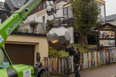 Der Schneemann aus Edelstahl hat bisher das Ortsbild von Tellerhäuser geprägt. Nun wurde er nach Oberwiesenthal umgesiedelt.