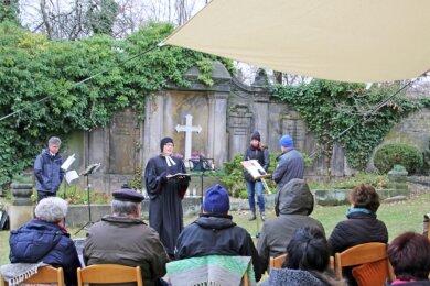Pfarrerin Maria-Theresia Kaiser (M.) beim Open-Air-Gottesdienst am Toten- und Ewigkeitssonntag auf dem Friedhof Langhennersdorf. Foto: Wieland Josch