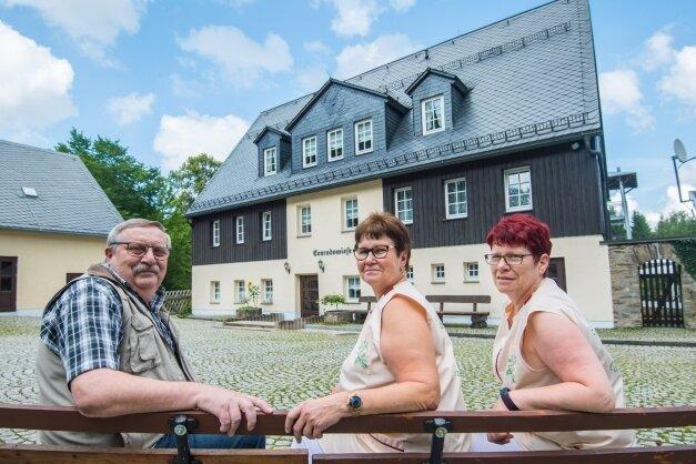 Das Waldschulheim Conradswiese feiert 30-jähriges Jubiläum. Genauso lange sind Matthias und Kerstin Golze dort die Herbergseltern, Köchin Dorothee Stark-Friedrich (rechts) komplettiert das Team.