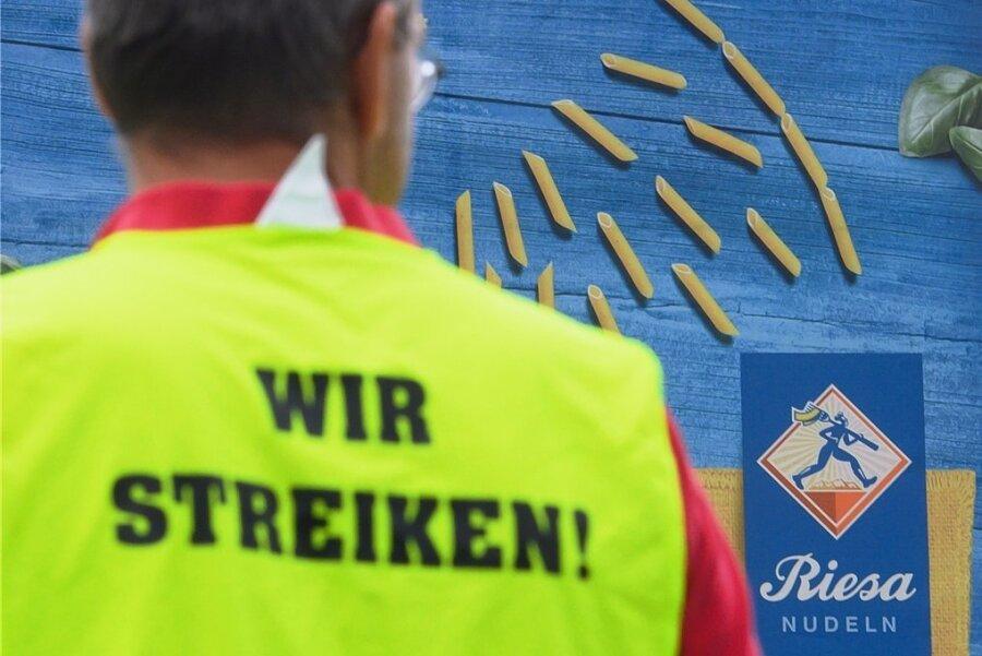Ein Streikteilnehmer vor dem Werk der Teigwaren Riesa GmbH. Seit zwei Wochen läuft der Arbeitskampf.