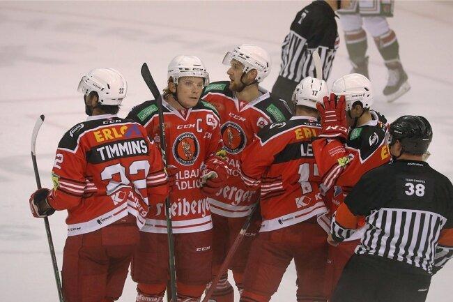 """Kelly Summers (2. von links) führte das Eispiraten-Team am Sonntag als Kapitän auf das Eis. Hier bejubelt er mit seinen Kollegen die 1:0-Führung gegen Herne. In Rostock trug Scott Timmins das """"C"""" auf der Brust."""
