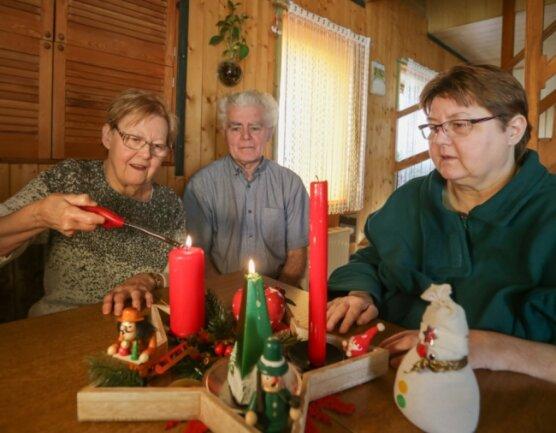Räuchermänner qualmen, Kerzenschein und Musik bringen festliches Flair in die Wohnung von Angela Graichen. Trotz ihrer Behinderung lässt sie sich die Freude am Fest nicht nehmen.