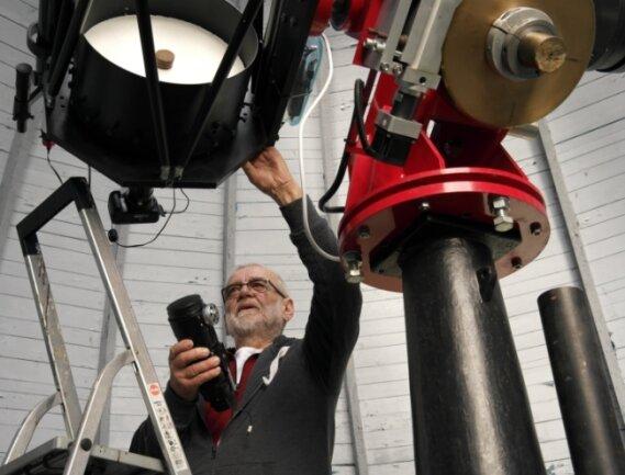 Vereinsmitglied Hans-Dieter Köhler steht in der Sternwarte Hartha an einem der Spiegelteleskope.