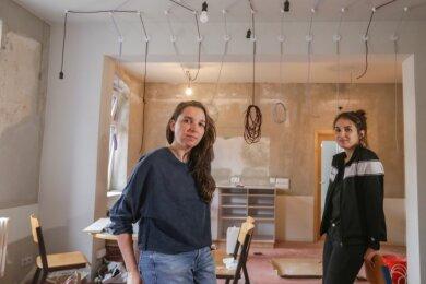 Bis zum Start ist noch einiges zu tun: Ein Späti soll im Oktober auf dem Sonnenberg in Chemnitz eröffnet werden. Mandy Knospe (links) und Anna Vogt in dem Raum, in dem demnächst die Bar mit Tischen und Stühlen stehen soll.