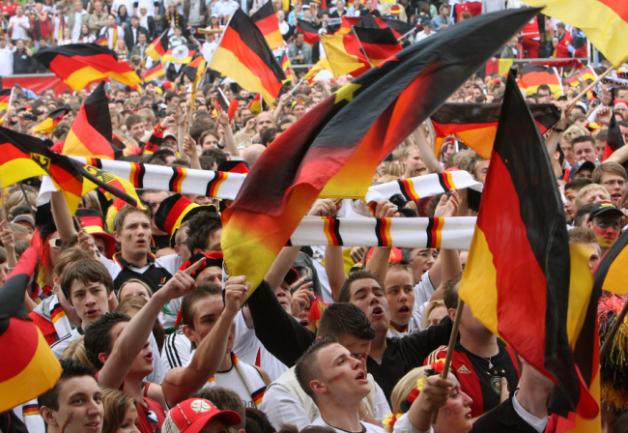 Fußballfans bejubeln die deutsche Nationalmannschaft.