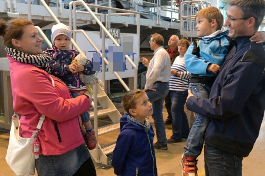 Sommerfest beim Papiermaschinenhersteller Pama in Freiberg: Produktmanager Martin Kilbach zeigt seiner Frau Mareike und seinen Kindern Reiko (4), Harro (7) und Fenja (1) die fertiggestellte Großanlage.