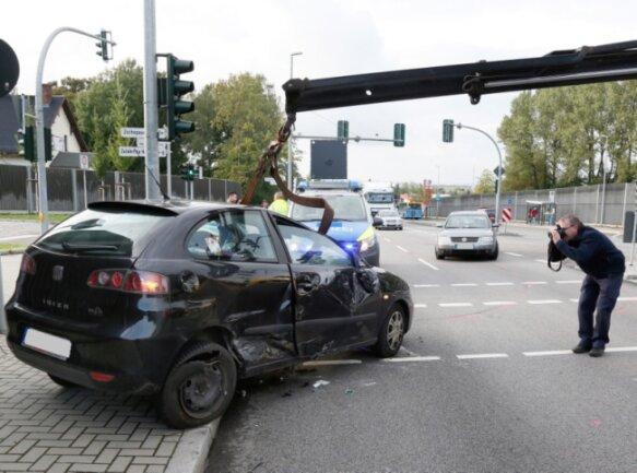 Fall für den Abschleppdienst: Ein Seat nach einem Unfall auf der B 174 in Chemnitz.