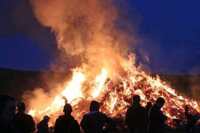 Die Hexenfeuer, so wie hier in Raschau, sind nicht nur eine Tradition, sondern auch ein beliebter Treffpunkt.