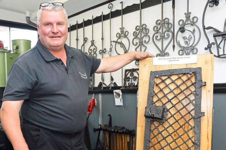 Auch mit 55 Lenzen lernt man noch dazu: Schmied Günter Oertel mit seiner Prüfungsarbeit, einer Gittertür aus der Blankenhainer Kirche.