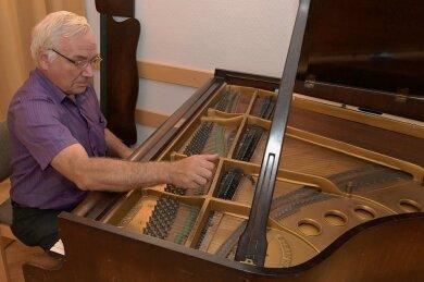 Klavierbaumeister Andreas Sens hat in der vergangenen Woche den um die 100 Jahre alten Steinway-Stutzflügel in der Aula der Paul-Fleming-Oberschule gestimmt.