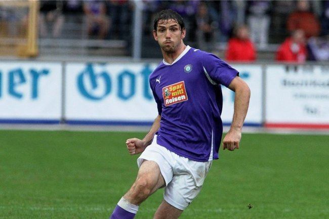 Aues Kevin Schlitte bläst die Backen auf. Am 27. August 2010 traf der Neuzugang zum 1:0-Heimsieg gegen den VfL Bochum. Es war der zweite Streich der Veilchen in ihrer bisher erfolgreichsten Zweitligasaison.