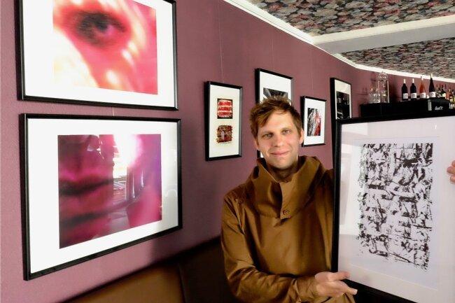 Severin Zähringer mit seinen ausgestellten Arbeiten.