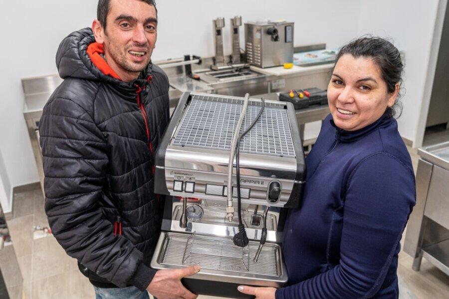 Salvatore Muraca und Ehefrau Corina richten derzeit im früheren Telekomladen an der Nicolaistraße ihr Eiscafé ein. Es soll auch an den Wochenenden öffnen.