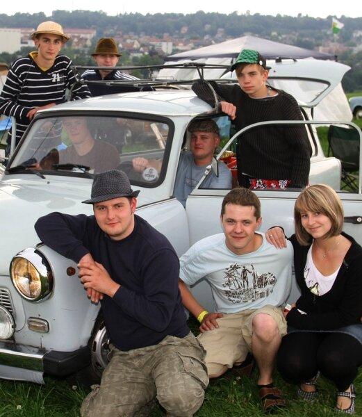 Mirko Karolczak (vorn links) aus Lößnitz hat sich mit seinen Freunden auf dem Ankerberg einquartiert. Vom Campingverbot ist dort nichts bekannt.