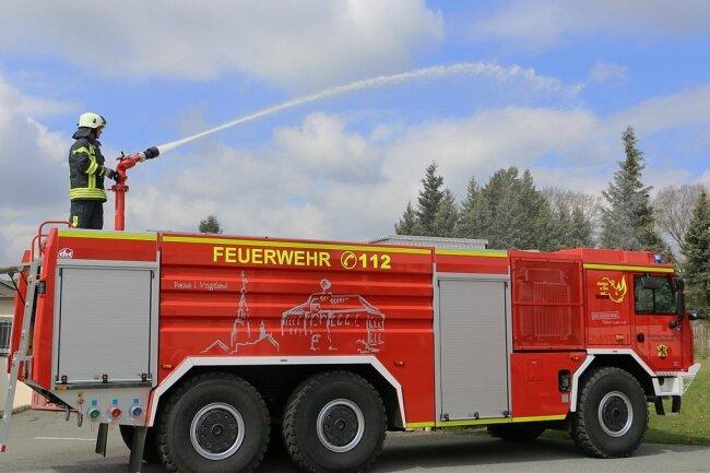 Wasser Marsch! Frank Schneider demonstriert das neue Tanklöschfahrzeug in seiner Funktion. Wenige Stunden später wurde es ernst. Es ging zum ersten Brandeinsatz.