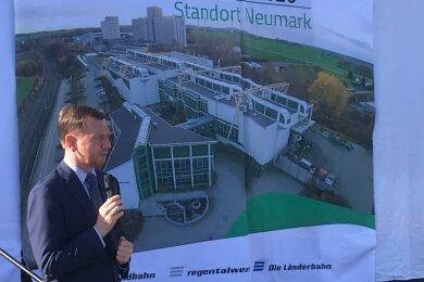 Der sächsische Ministerpräsident Michael Kretschmer hatte am Dienstag auf dem Gelände der Vogtlandbahn in Neumark einen Zug für die Lausitz übergeben. Bei dieser Gelegenheit äußerte er sich auch zum mangelhaften Anschluss des Vogtlands an das Fernverkehrsnetzt der Deutschen Bahn.