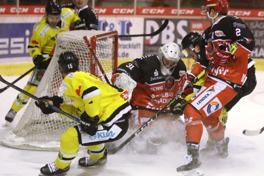 Gegen die Tölzer Löwen war Eispiraten-Goalie Michael Bitzer noch mittendrin im Getümmel.