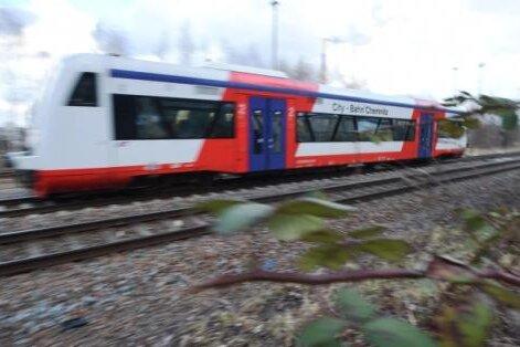 Ein Zug der City-Bahn auf der Strecke zwischen Chemnitz und Burgstädt in Höhe des Küchwaldes unweit der Rilkestraße. Hier soll ein neuer Haltepunkt entstehen, den eine Bürgerinitiative seit mehr als zehn Jahren fordert.