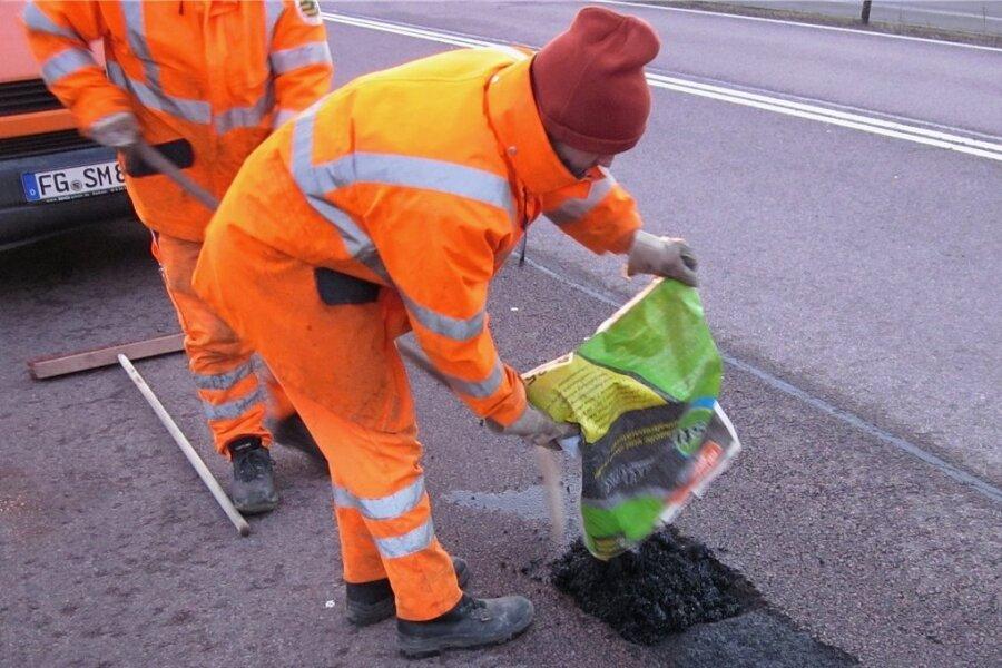 Die gröbsten Straßenschäden füllen Mitarbeiter der sechs Straßenmeistereien in Mittelsachsen provisorisch mit Kaltmischgut. Der sogenannte Kaugummiasphalt hält aber nicht sehr lange.