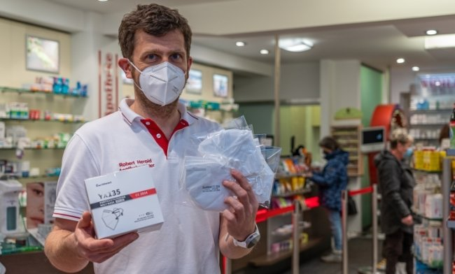 In der Central Apotheke Falkenstein sind FFP2-Masken vorrätig - sogar aus vogtländischer Produktion, nämlich von Technisat Schöneck. Im Bild Inhaber Robert Herold. Die reguläre Abgabe startet am Dienstag.