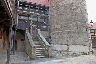 Die Treppe wird so genannt, weil die Stufen an Azteken-Tempel erinnern würden, sagt der Lichtentanner Bürgermeister Tino Obst (parteilos). Er berichtet, dass die Galerie anschließend geschlossen wird. Als Ersatz wird eine Stahltreppe installiert, die sich als zweiter Rettungsweg künftig an den Bergfried schmiegen soll. Derzeit erledigt der Schönfelser Schmiedemeister Andreas Vogel die Vorbereitungsarbeiten dafür. Im unteren Bereich des Turmes sind bereits mehrere Putzproben für die Erneuerung der Außenhaut des Bergfrieds aufgebracht worden. Gemeinsam mit dem Denkmalschutz werde entschieden, welcher Putz am Ende dem historischen Vorbild am besten entspricht und aufgetragen wird..vim