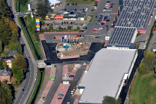 Das Gewerbegebiet von Auerbach-Mühlgrün. Die geplanten Spielhallen sollen im Neubau im Vordergrund ihren Platz finden.