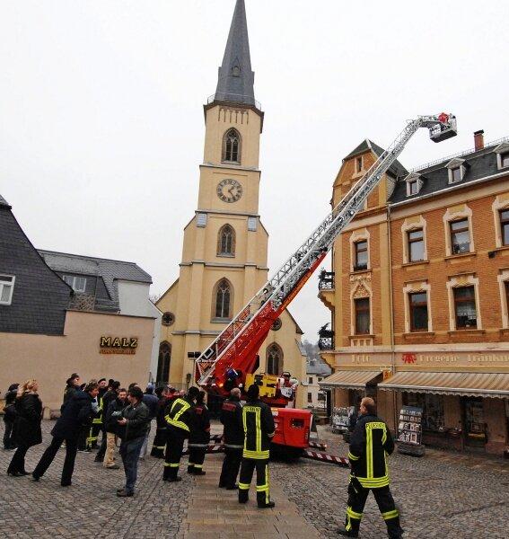 """<p class=""""artikelinhalt"""">Nur eine Minute von unten nach oben: Die Stollberger Feuerwehrleute bestaunten die technischen Möglichkeiten, die eine Drehleiter bietet. Das Vorführmodell war aus Ulm angerollt.</p>"""