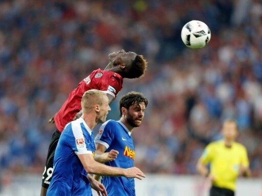Paderborn holt Babacar Gueye (l.) aus Hannover