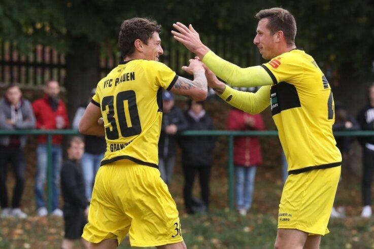 Patrick Grandner (links) und VFC-Neuzugang Kamil Popowicz freuen sich über eines der fünf Plauener Tore.
