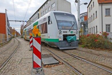 Ein Zug der Vogtlandbahn verlässt kurz vor der Haltestelle Zentrum über eine Sonderweiche das Dreischienengleis. Die Weichen müssen jedoch für 850.000 Euro ausgetauscht werden.