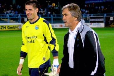 Von 2009 (hier nach einem seiner ersten Spiele gemeinsam mit Trainer Gerd Schädlich) bis 2015 spielte Philipp Pentke beim CFC.