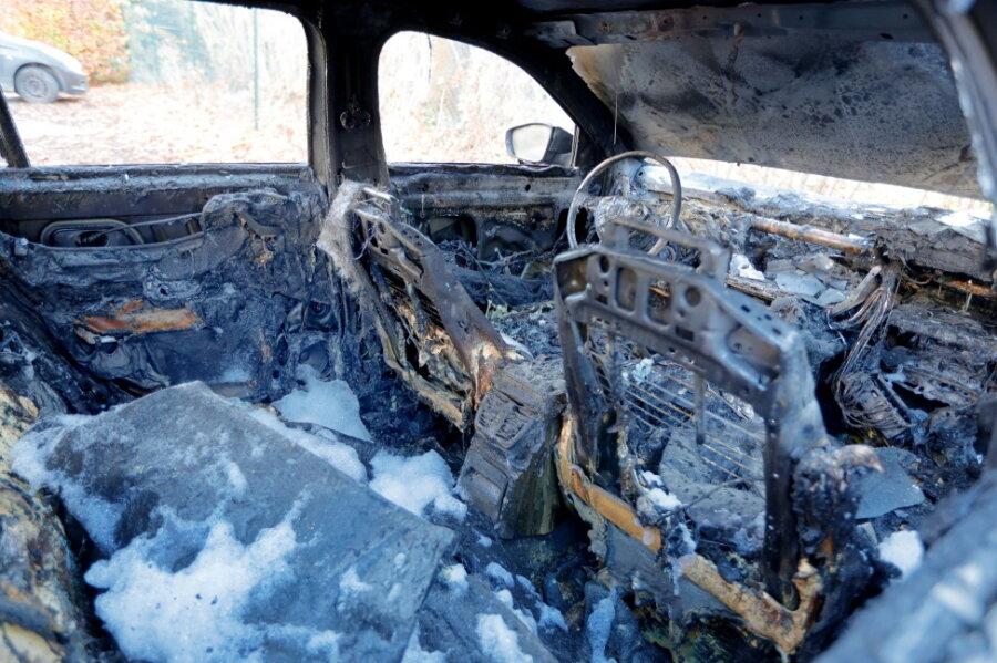 Zwei Autos durch Feuer zerstört - Polizei sucht Zeugen