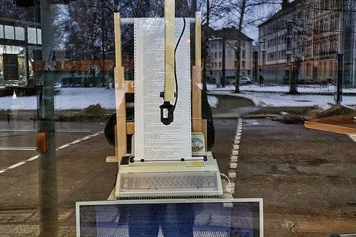"""Diese Text-Maschine im Schaufenster des """"Lokomov"""" in Chemnitz hält fest, was Schriftsteller gerade am Computer schreiben."""