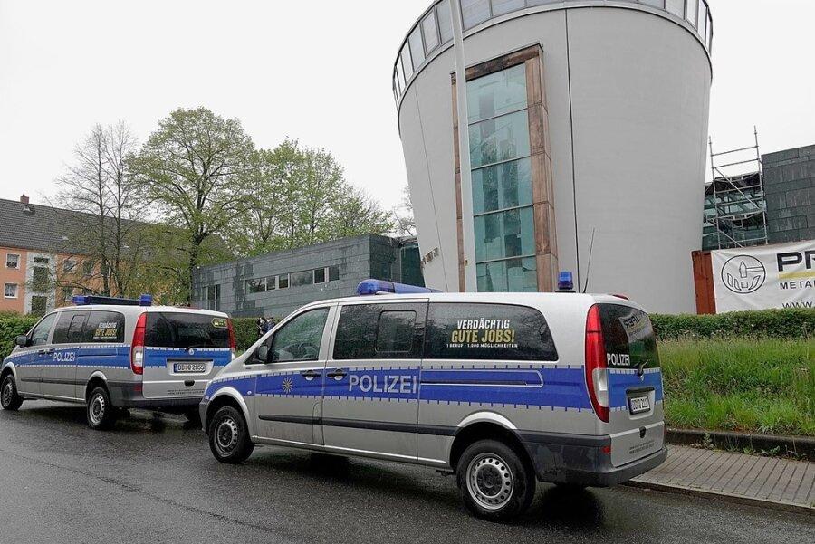 Die Synagoge an der Stollberger Straße wird von Polizisten bewacht.