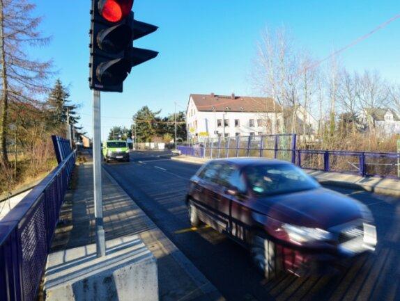 Autofahrer, die von der Autobahn kommen und Richtung Chemnitztal und umgekehrt fahren wollen, müssen sich auf Wartezeiten an einer Ampel in der Ortsdurchfahrt Oberlichtenau einstellen.