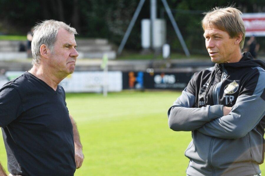 Keine leichten Zeiten für Manager Volkhardt Kramer (links) und Trainer Sven Köhler derzeit beim VfB Auerbach. Sie müssen ihr Team noch bis in den Mai hinein ohne Pflichtspiele bei Laune halten.
