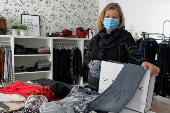 """Birgit Lohberger, Inhaberin der City-Schuhmoden und einer Mode-Boutique, hat schon vor Click and Collect ausgeliefert. """"Es ist viel mehr Arbeit, aber der Umsatz ist gering"""", sagt sie."""