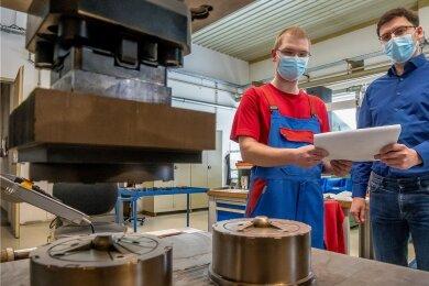 Geschäftsführer Martin Dietze von der Marienberger Gebrüder Ficker GmbH (r.) schaut sich mit Werkzeugmechaniker Maik Haase Einsätze für Spritzgusswerkzeuge an.