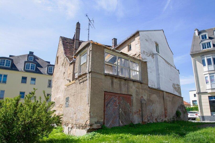 Kein schöner Anblick: Darf die Stadt das ungenutzte Gebäude Kirchstraße 3, in Sichtweite vom Altmarkt, abreißen? Auch Diakonie und Wohnungsbaugesellschaft WBG als Nachbarn sehen der Entscheidung entgegen.