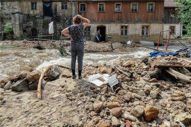 Auch in Sachsen haben Mitte Juli Starkregenfälle Häuser und Grundstücke und Straßen beschädigt - hier in Krippen in der Sächsischen Schweiz.