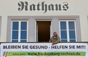 Bürgermeister Firmenich auf dem Balkon des Rathauses, wo er auch schriftlich an die Bürger appelliert.