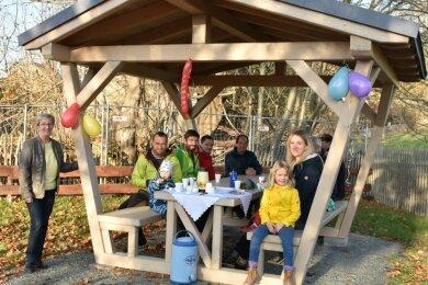 Der Spielplatz in Triebel hat jetzt eine überdachte Sitzgruppe. Am Samstag wurde sie mit Familien und Kindern übergeben.